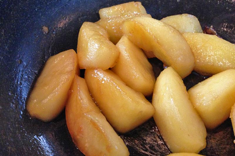 シナモンとカルダモンを使ったデザートに是非!りんごのコンポート - 白ワイン煮