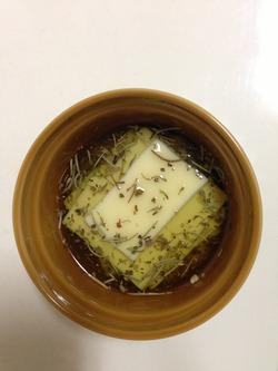 簡単、チーズのハーブオイル漬け