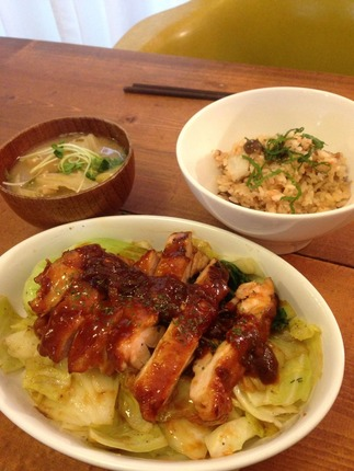 鶏肉のソテーと里芋とキノコの炊き込みご飯